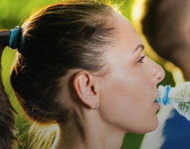 Boire le plus possible lors d'une épreuve sportive ? Faux