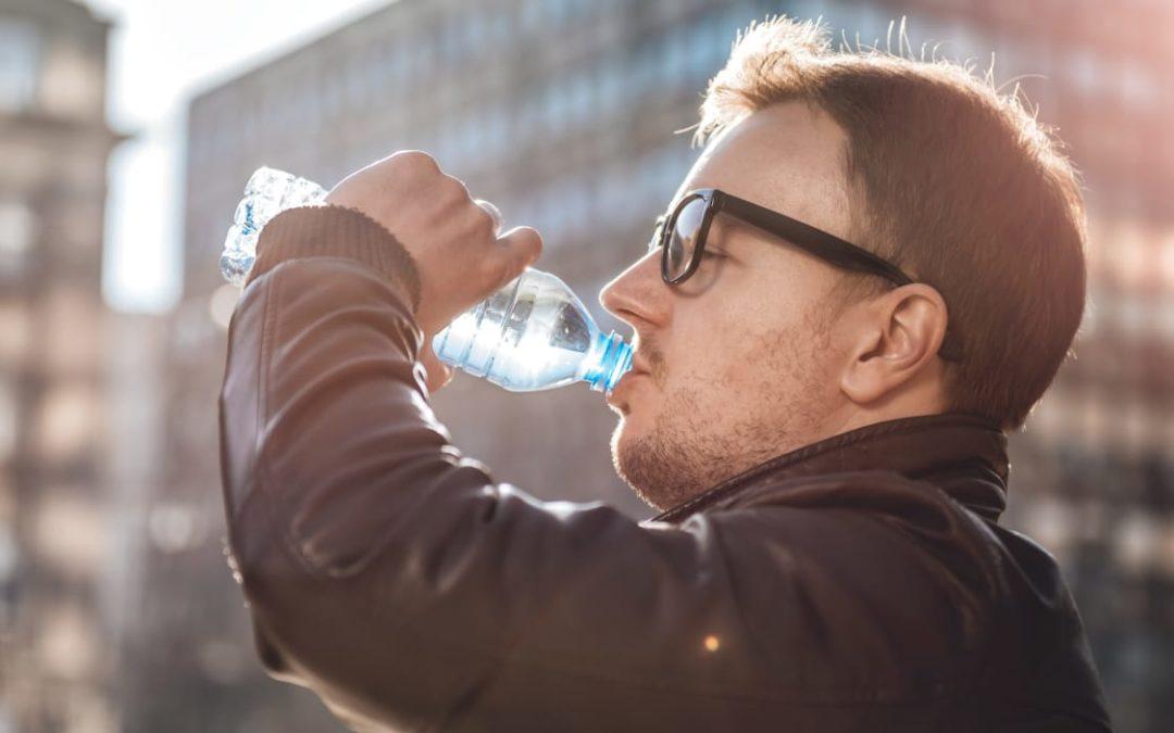 Des microparticules de plastique dans l'eau embouteillée