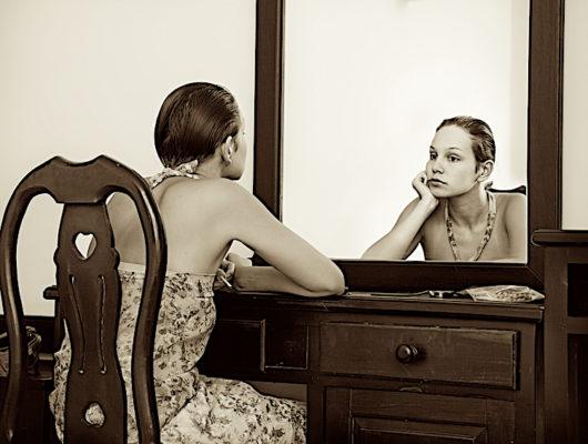 Je me suis assis/e face au miroir, et j'ai discuté avec mon reflet