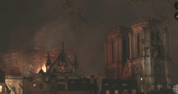 La cathédrale Notre-Dame de Paris brûle