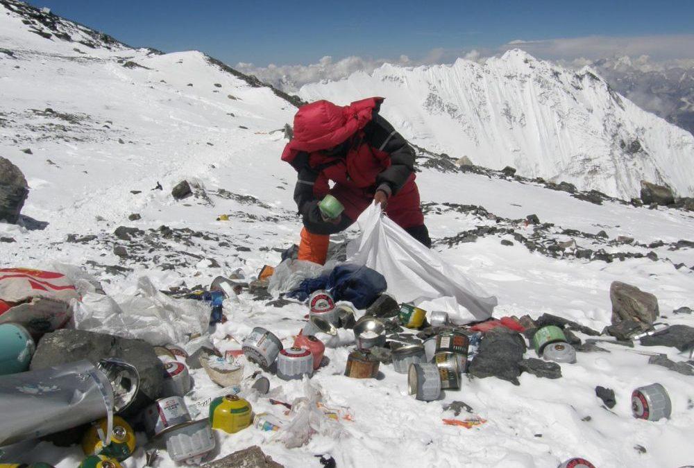 Des tonnes de déchets abandonnés sur les pentes de l'Everest vont être recyclés