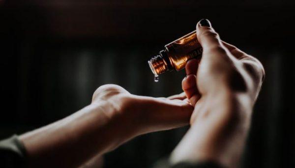 5 huiles essentielles parfaites pour soulager les petits maux de l'été
